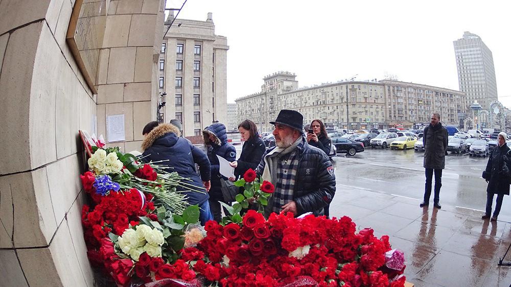 Цветы у здания МИД в память о Виталии Чуркине