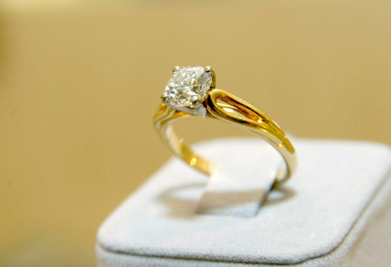 фото кольцо с бриллиантом