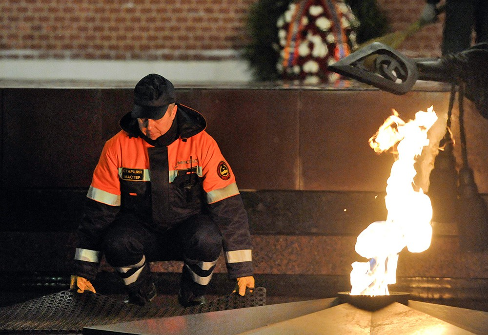Профилактика горелки Вечного огня в Александровском саду