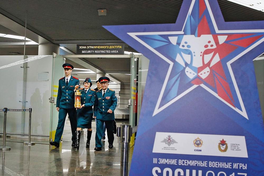 Прибытие огня в Сочи в сопровождении послов Зимних всемирных военных игр