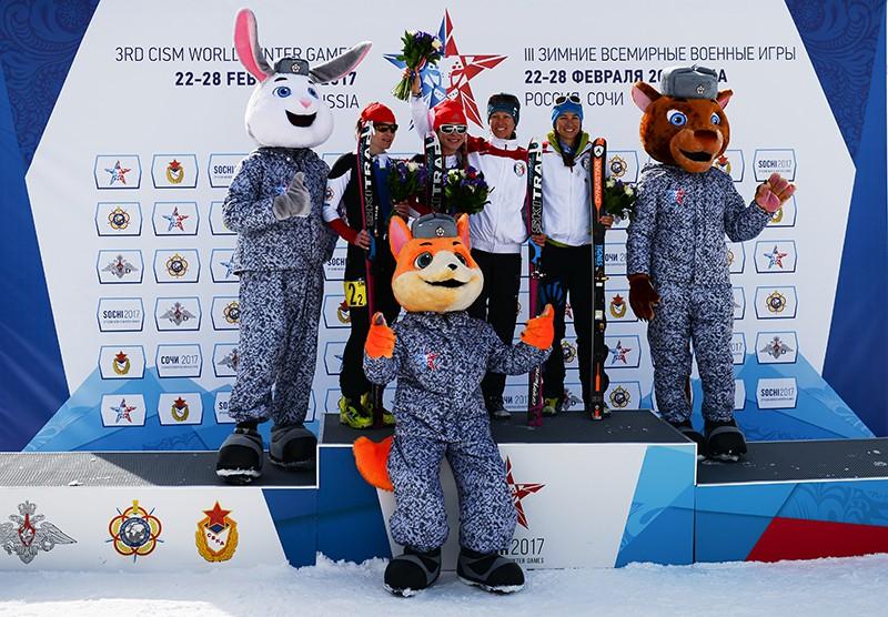 Церемония награждения призеров командной гонки среди женщин по ска-альпинизму на III Всемирных зимних военных Играх в Сочи