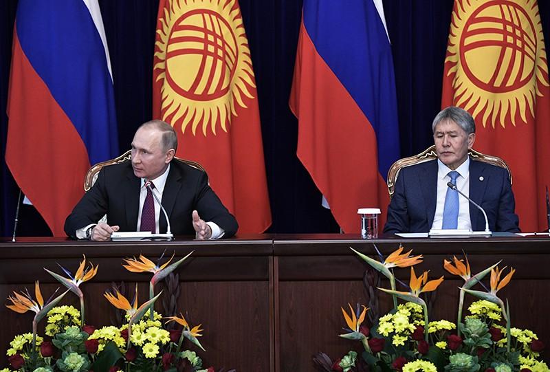 Президент России Владимир Путин с президентом Киргизии Алмазбеком Атамбаевым