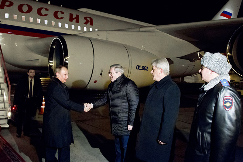 Президент России Владимир Путин во время встречи в аэропорту Красноярска