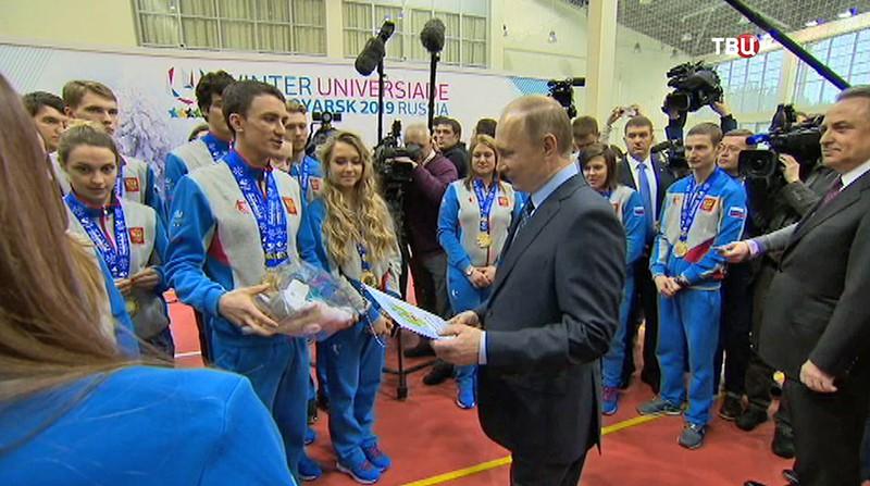 Владимиру Путину дарят плюшевую лайку