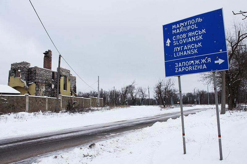 Разрушенный дом на одной из улиц в Донецке
