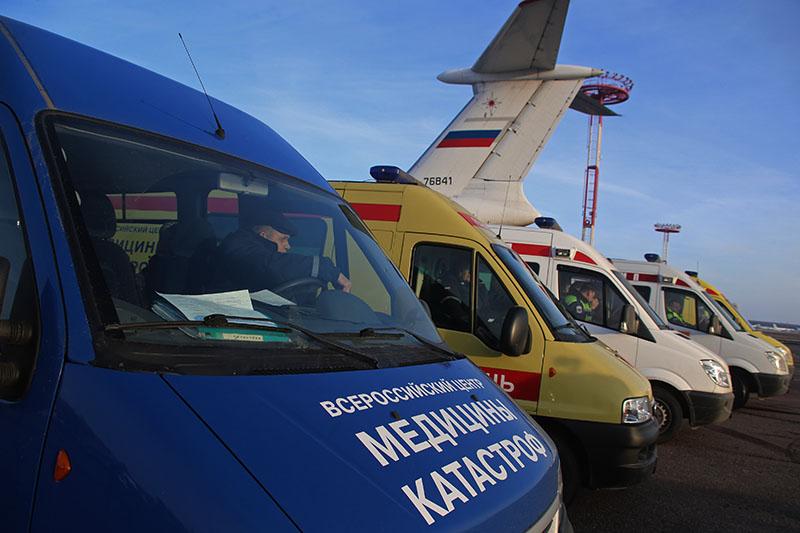 Кареты скорой помощи в аэропорту, куда самолетом Ил-76 МЧС России доставили тяжелобольных детей из Донецка