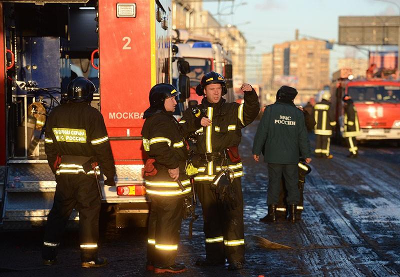 Пожарные и спасатели МЧС работают на месте возгорания