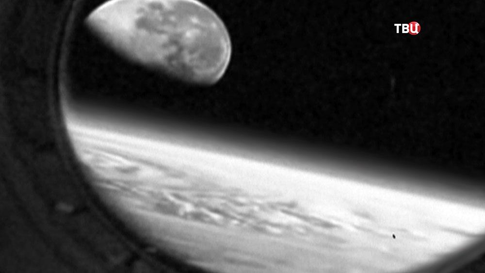Земля и Луна из иллюминатора