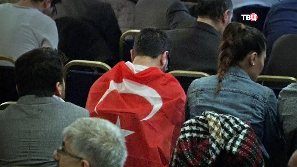 Мужчина с флагом Турции