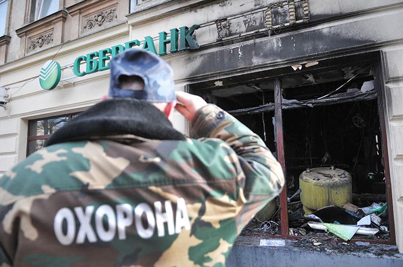 Подожженное отделение Сбербанка на Украине