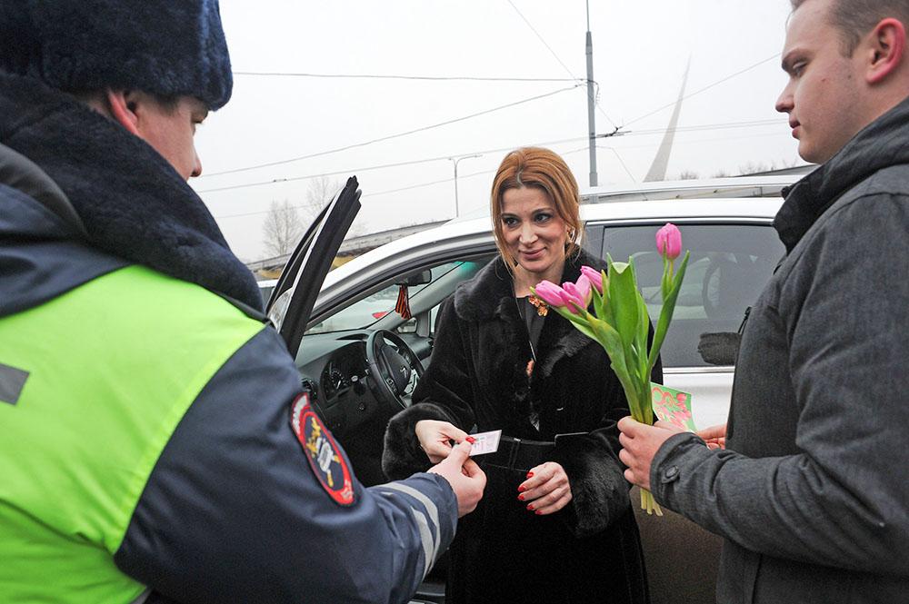 Сотрудники ДПС поздрпаляют женщин с 8 Марта