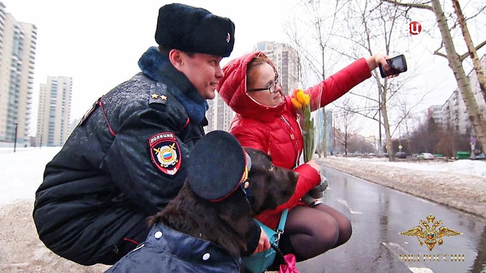 Сотрудники полиции поздравляют женщин с 8 Марта