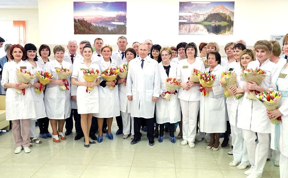 Владимир Путин и врачи Брянской городской больницы