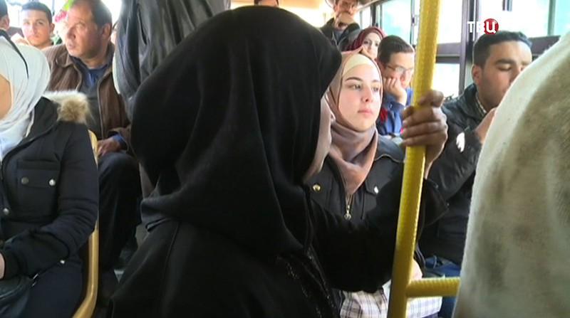 Жители Сирии едут в автобусе