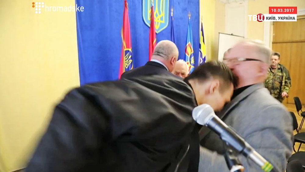 Украинский радикал Дмитрий Резниченко ударил генерала Виктора Палия