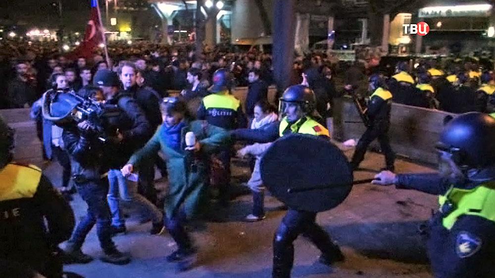 Полиция Нидерландов разгоняет турецкий митинг