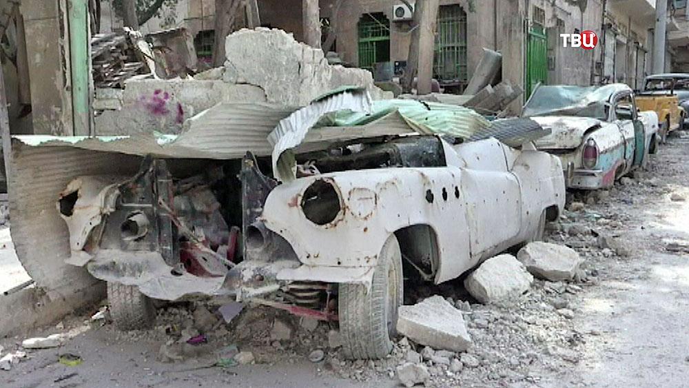 Разбитый ретро-автомобиль в Сирии