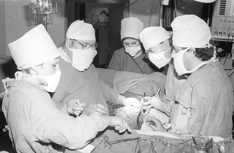 Профессор Валерий Шумаков во время операции по пересадке сердца
