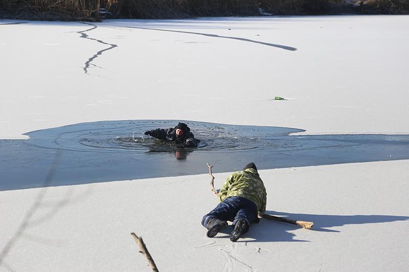 Учения МЧС по спасению людей, провалившихся под лед