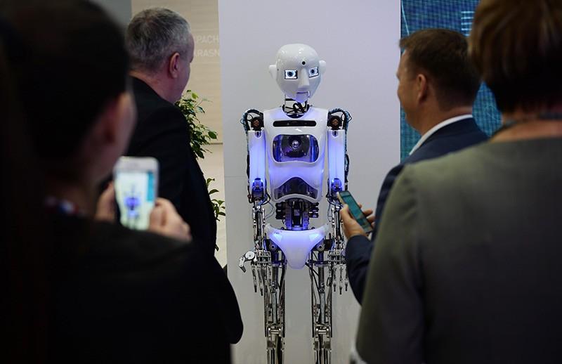 Посетители выставки у робота