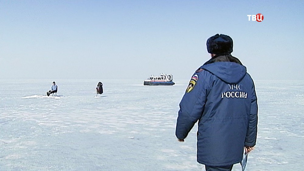 Сотрудники МЧС инспектируют места зимней рыбалки