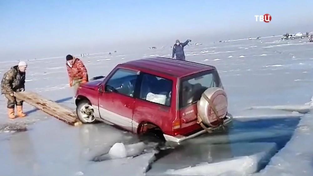 Машина рыбаков провалилась под лед