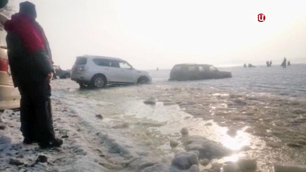 Машины рыбаков провалились под лед