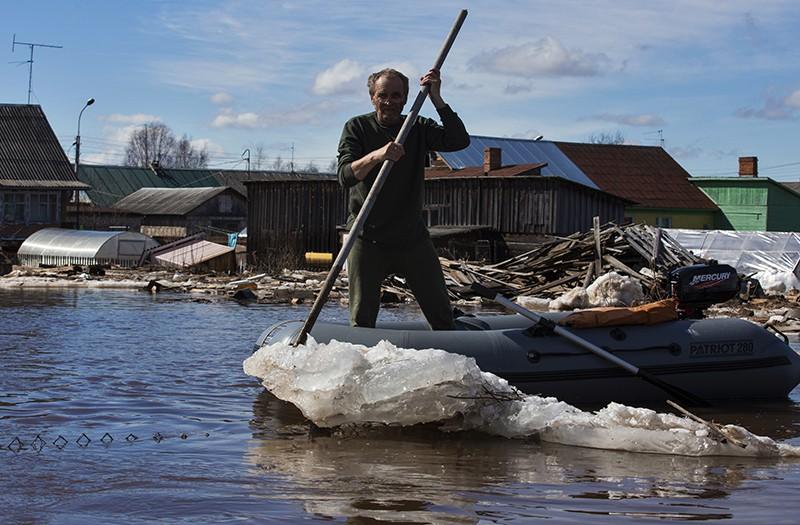 Мужчина на лодке во время паводка