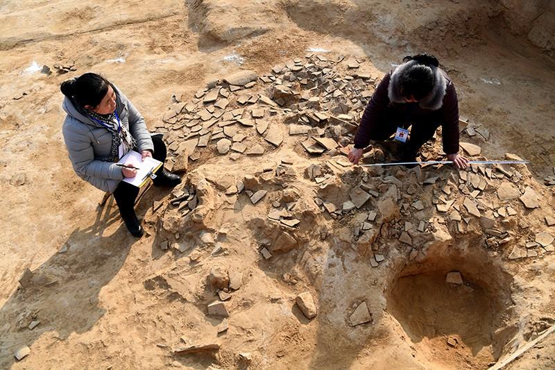 Археологи на раскопках в Китае