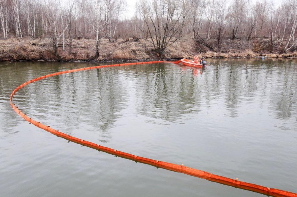 Спасатели МЧС выставляют боновые заграждения в месте загрязнения водоема
