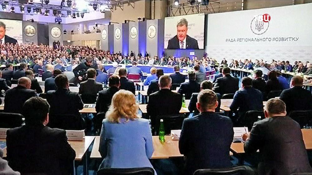 Президент Украины Пётр Порошенко выступает на заседании Совета регионального развития