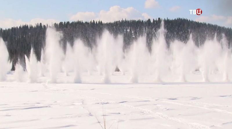 Сотрудники МЧС вскрывают ледяные заторы