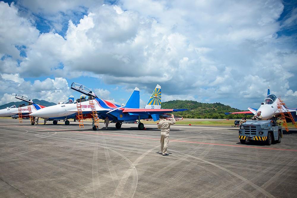 """Пилотажная группа """"Русские витязи"""" на международной выставке вооруженияи в Малайзии"""