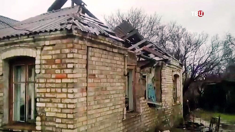 Последствия обстрела украинскими военными жилых кварталов Донбасса