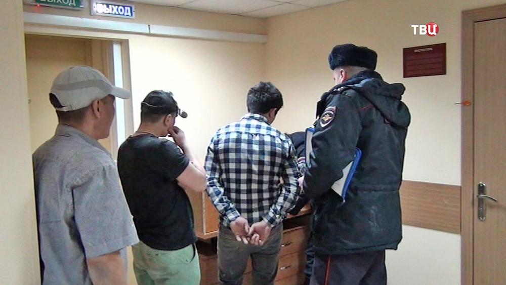 Задержанные нелегальные мигранты в отделении полиции