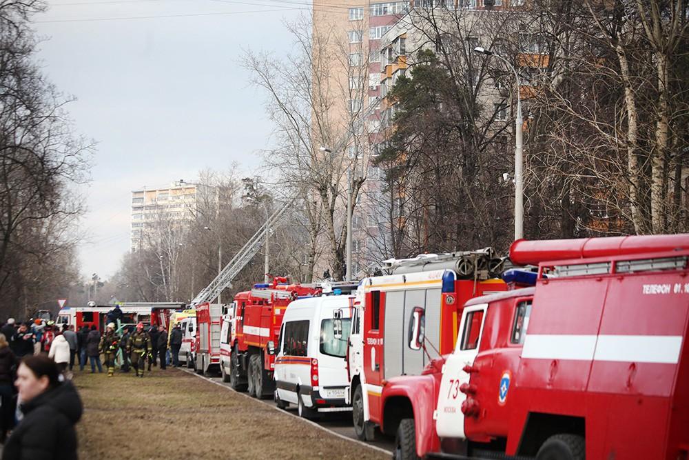 Экстренные службы на месте пожара в многоквартирном доме