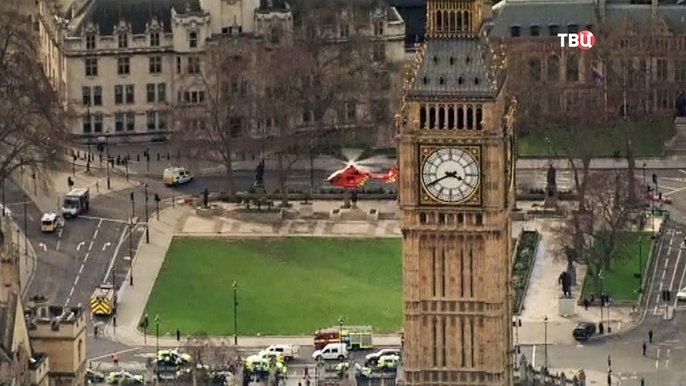 Вертолет скорой помощи на месте теракта в Лондоне