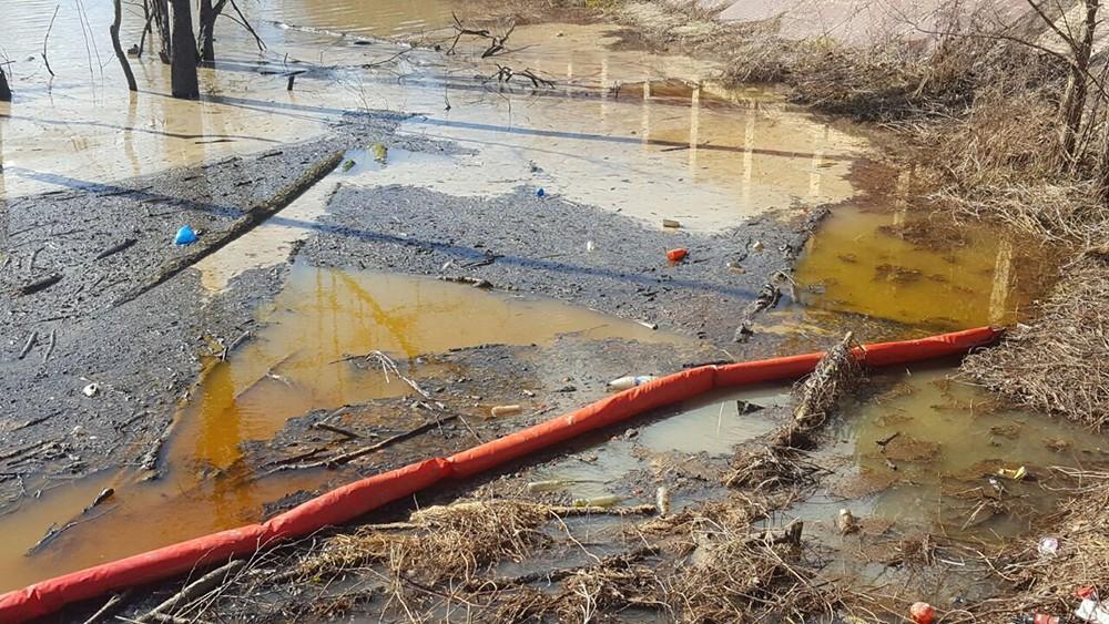 Боновые заграждения в месте загрязнения водоема
