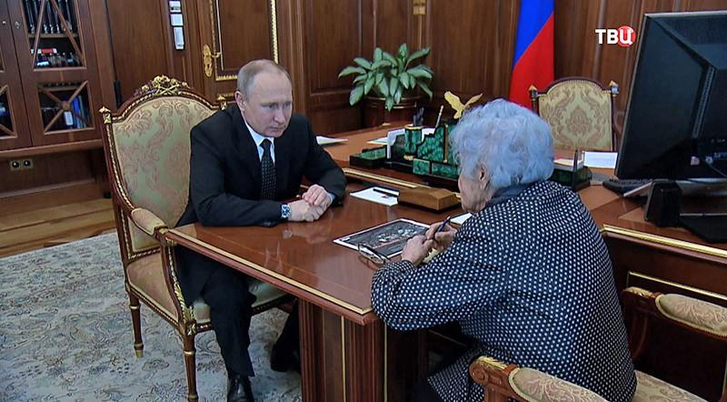Владимир Путин и президент Музея изобразительных искусств имени Пушкина Ирина Антонова