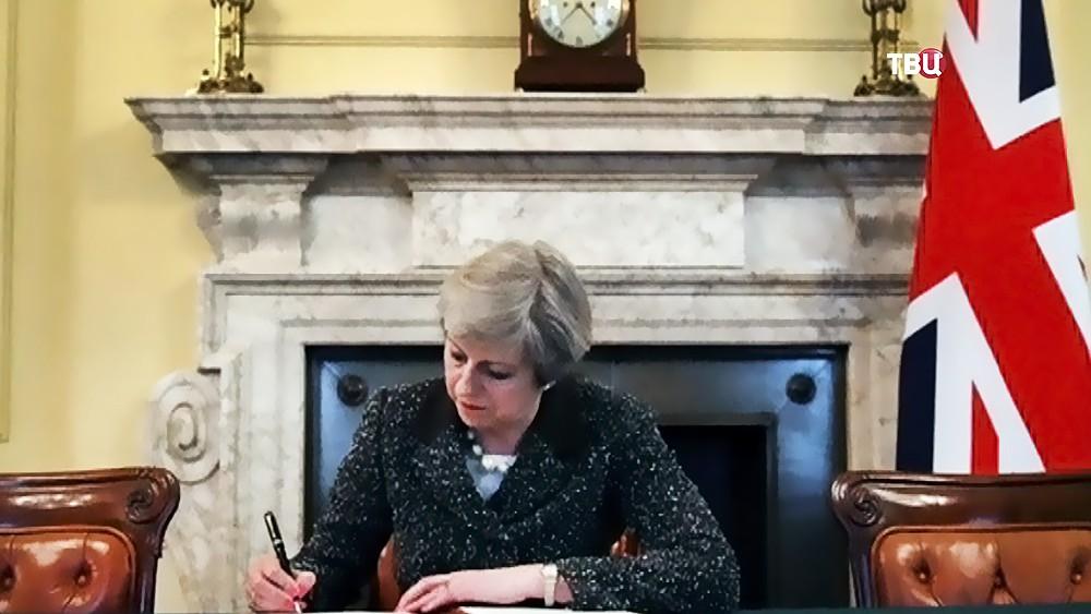 Тереза Мэй подписывает документ