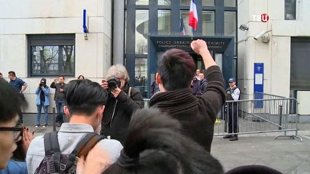 Встолице франции милиция применила слезоточивый газ для разгона участников акции протеста