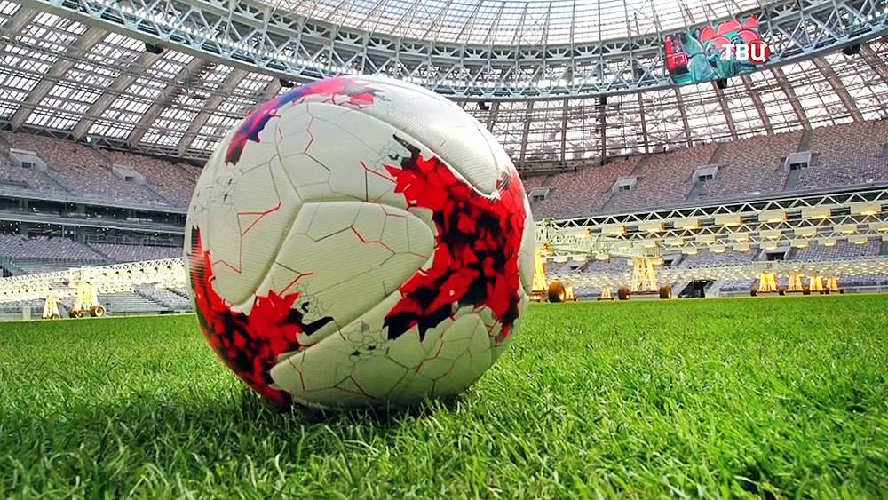 """Футбольный мяч на стадионе """"Лужники"""""""