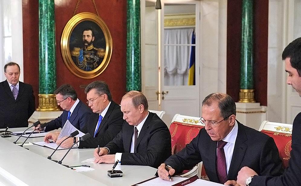 Владимир Пктин и Виктор Янукович подписывают документы