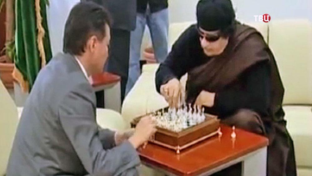 Кирсан Илюмжинов играет в шахматы с Муаммаром Каддафи