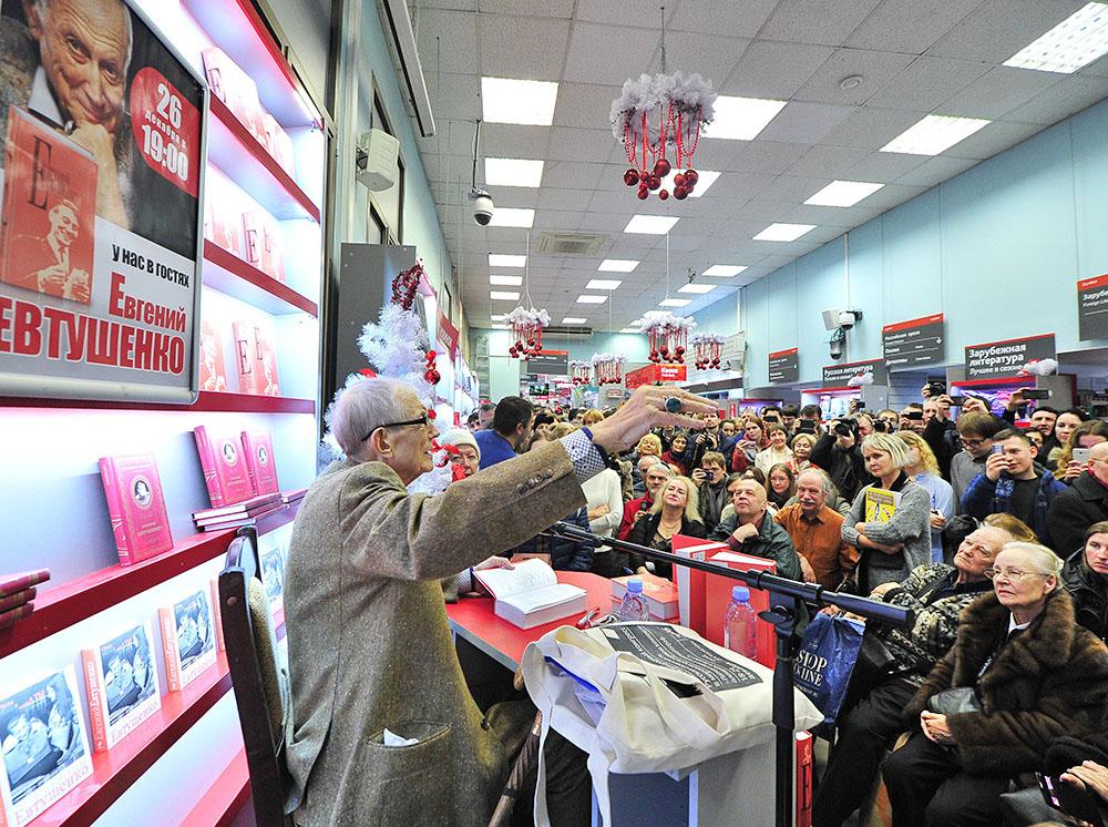 Поэт Евгений Евтушенко общается с читателями