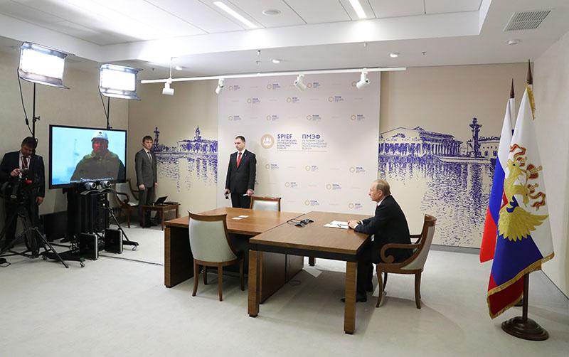 Президент России Владимир Путин принимает участие в видеоконференции по случаю начала бурения поисково-оценочной скважины