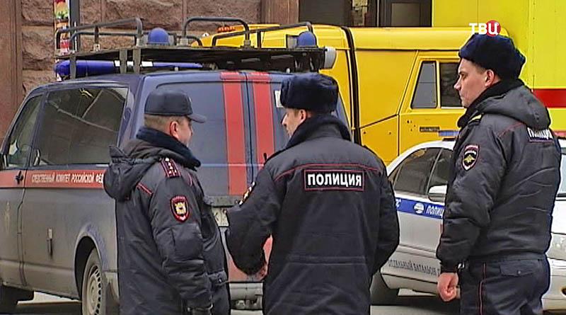 Полиция на месте взрыва в метро Санкт-Петербурга