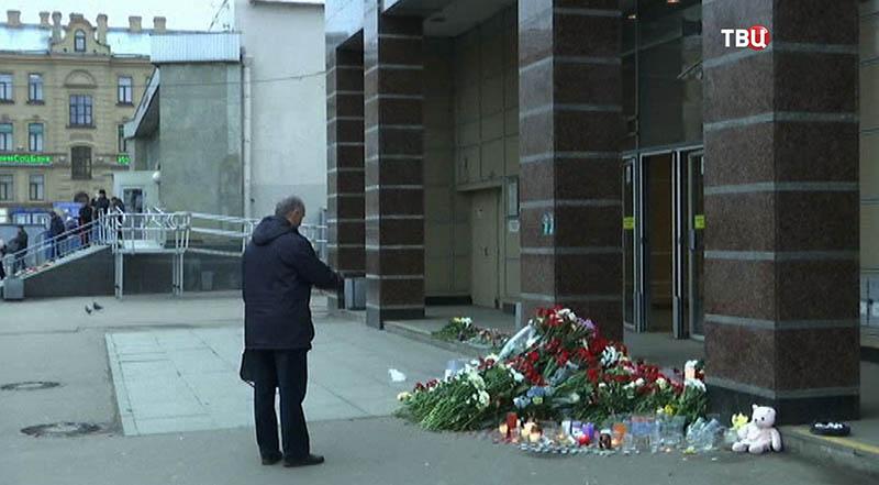 Люди приносят цветы к месту взрыва