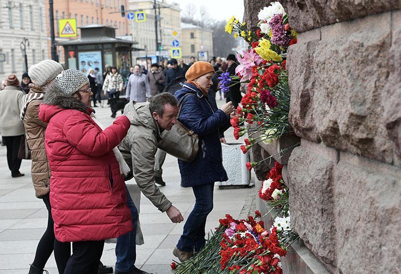 """Люди возлагают цветы у станции метро """"Технологический институт"""", где накануне произошел взрыв"""