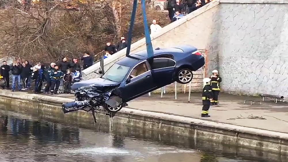 Подъем автомобиля BMW из пруда
